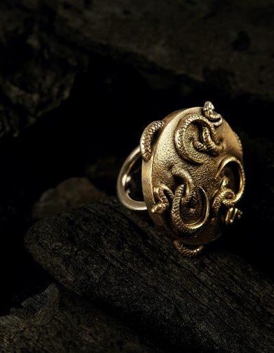 Unikat, Ring mit Schlangen von Margot Leitges Goldschmiedemeisterin - Foto © bohl.de