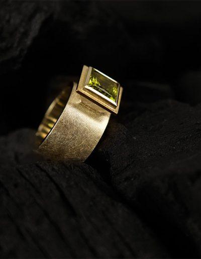 Ring mit Peridot - designed von Margot Leitges Goldschmiedemeisterin - Foto © bohl.de